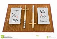 stuoia sushi due insiemi dei piatti per i sushi sulla stuoia fotografia