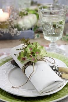 tischdeko mit hortensien serviettendeko herbst mit verbl 252 hten hortensien und