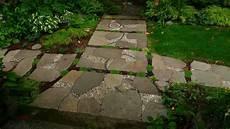 kieselsteine in beton verlegen deko ideen kieselstein mosaik im garten legen f 252 r h 252 bsche
