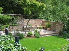 terrassensitzplatz mit ziegelmauer garten garten ideen
