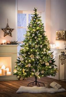 tannenbaum mit lichterkette im frank flechtwaren und deko
