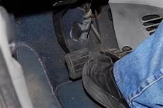 pedale de frein changement des plaquettes de frein auto dixmilleastuces