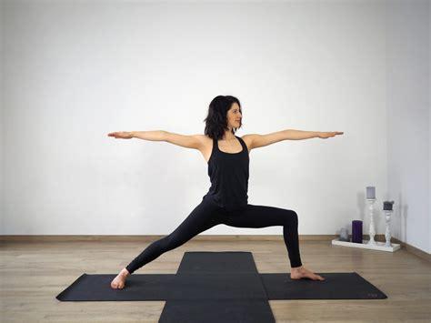 yoga uebungen fuer starke beine deinfitnesscoach