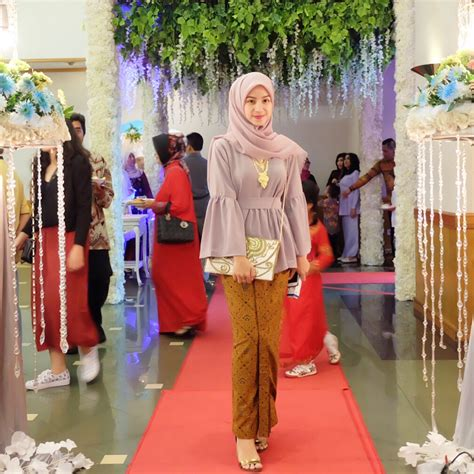 Untuk menghadiri acara kondangan, tentu kita seringkali memikirkan outfit yang cocok supaya tetap pede dengan style kondangan hijab yang kita kenakan. Baju Atasan Untuk Kondangan   Model Baju Populer 2019