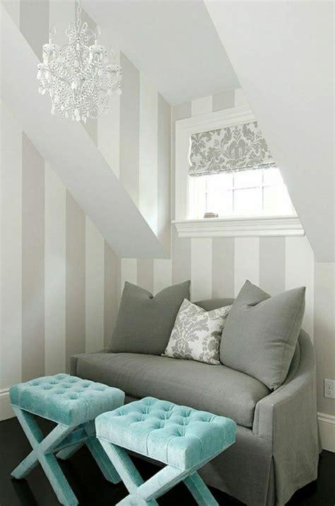 canapé gris intérieur moderne lustre baroque de couleur