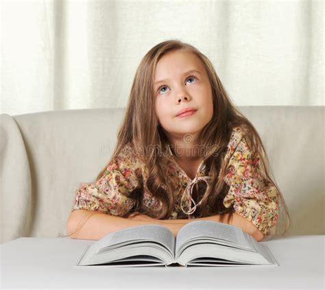 Sonhos Da Menina Ao Ler O Livro Foto De Stock Imagem De Livro Menina 16854430