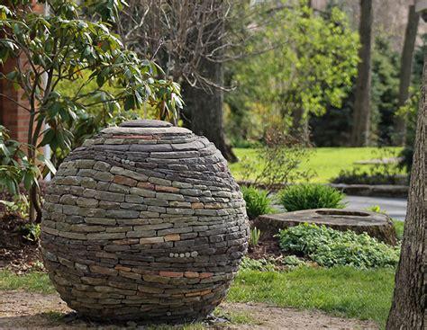las sorprendentes esferas de piedra seca de devin devine