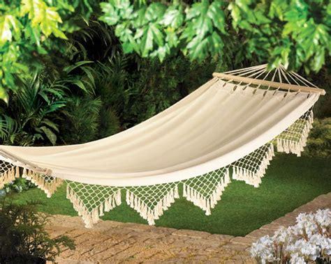 How To Choose A Comfortable Garden Hammock For Backyard