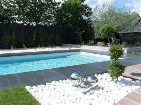 galets blancs et composition artistique terrasse et