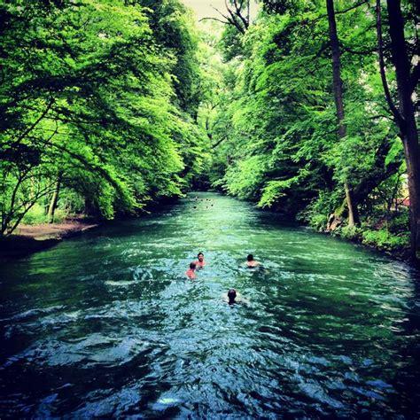 englischer garten münchen fluss eisbach in m 252 nchen m 252 nchen schwimmen