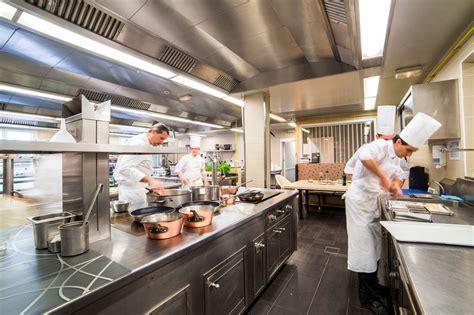 cuisine de restaurant the team oustau de baumanière 70 ans de luxe