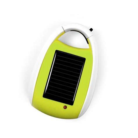 un bureau sur la terre le chargeur solaire baladeur avec mousqueton le