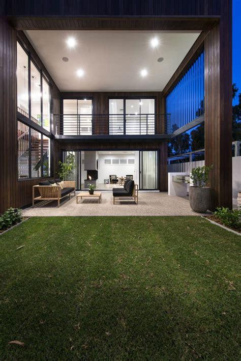 ravishing perth residence sports sleek design   sizzling courtyard