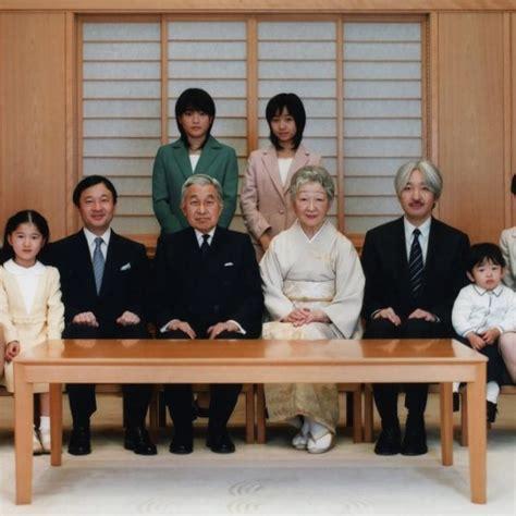 Los Emperadores Akihito Y Michiko De Japón Con Sus Hijos Y