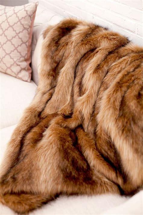 plaid pour recouvrir canape le plaid fausse fourrure confort pour vous et style luxueux pour l int 233 rieur archzine fr