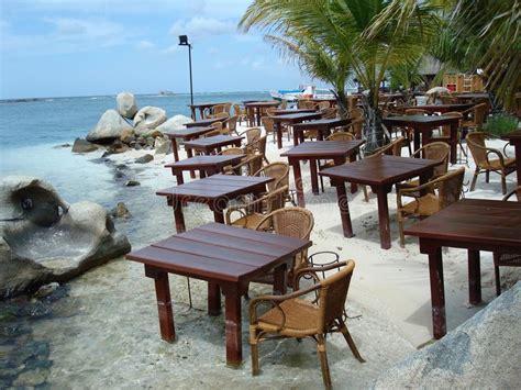 tables et chaises pour restaurant tables et chaises de restaurant dans le image stock image 63185989