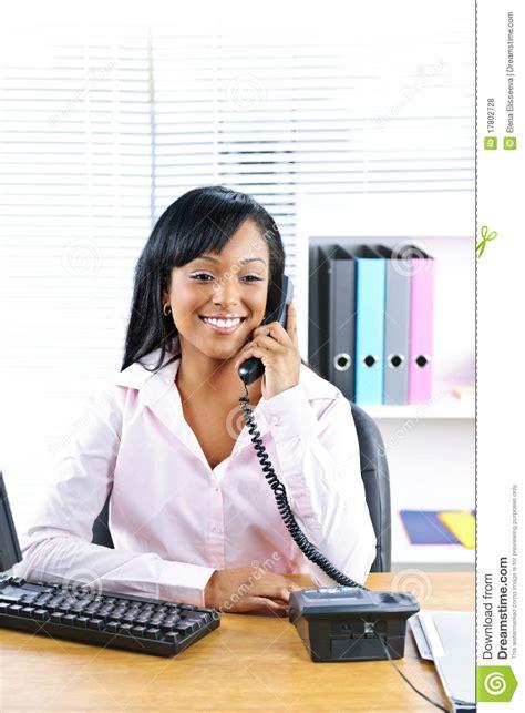 femme de bureau femme d 39 affaires de sourire au téléphone au bureau