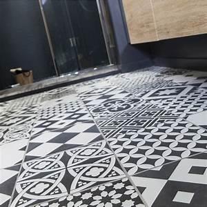 carrelage sol et mur noir et blanc effet ciment gatsby l With carrelage adhesif salle de bain avec voile d ombrage led