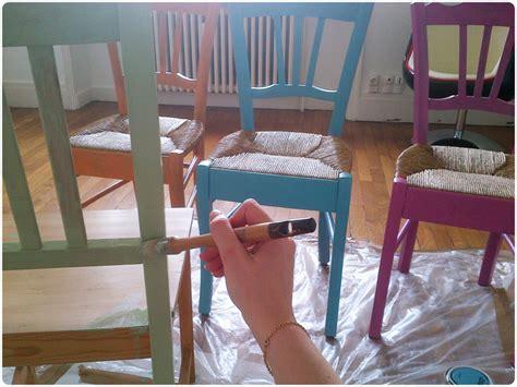 repeindre une chaise peindre une chaise en bois vernis atelier retouche