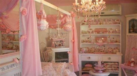 australian woman decorates home   pink abc news