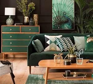 touches de vert fonce pour un interieur elegant With tapis de yoga avec canape vert emeraude