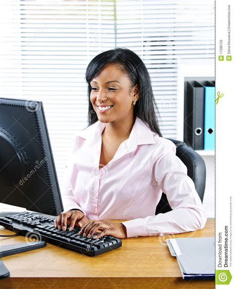 au bureau femme d 39 affaires heureuse au bureau image stock