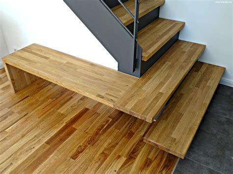 Moderne Treppe Aus Stahl & Holz Mit Kleiner Bank
