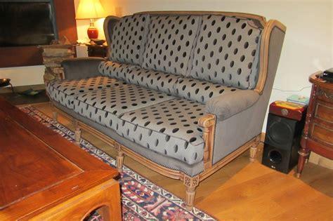 refaire un canapé pois et velours mat ont remplacé les rayures très chic
