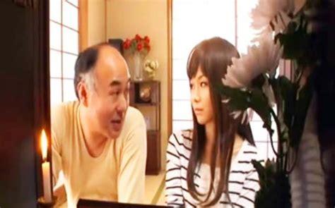 Viejo Japones Viola A Su Hermosa Hija
