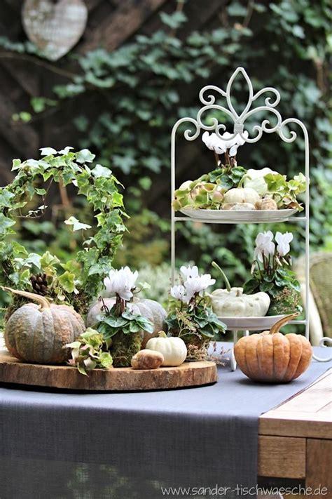 Herbst Dekoration Kaufen by K 252 Rbis Und Alpenveilchen Auf Etagere Und Baumscheibe