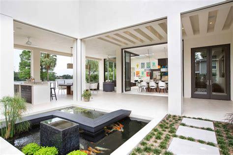 salon ouvert sur cuisine maison contemporaine en floride au design luxueux et