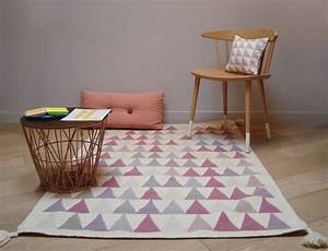 Tapis Salon Scandinave : tapis triangles rose scandinave salon paris par tapis ~ Teatrodelosmanantiales.com Idées de Décoration