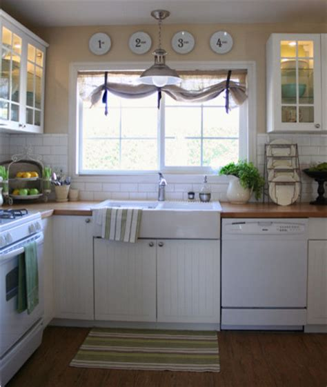 window treatments for kitchen window over sink like the window treatment over the sink