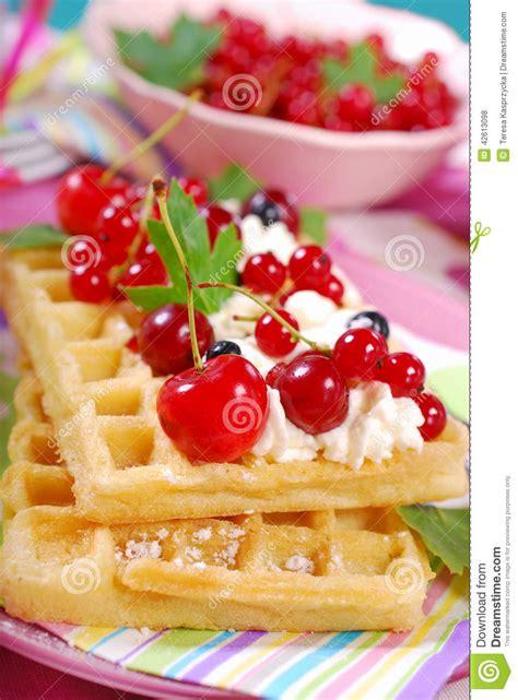 les gaufres avec l 233 t 233 cr 232 me et frais fouett 233 porte des fruits photo stock image 42613098