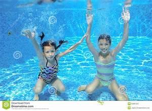 Rustine Piscine Sous L Eau : les enfants heureux nagent dans la piscine sous l 39 eau des filles nageant photo stock image ~ Farleysfitness.com Idées de Décoration