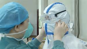 Coronavirus-fighting nurses cut hair short in Wuhan