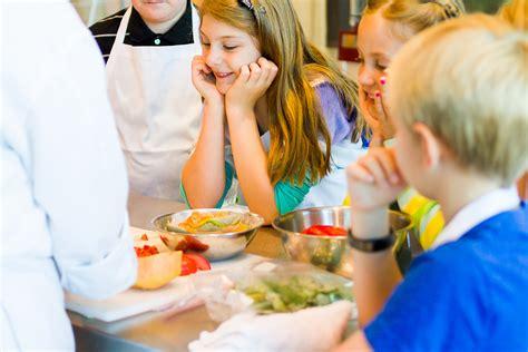cours de cuisine enfants les cours de cuisine un moment magique pour de petits chefs en devenir la assiette