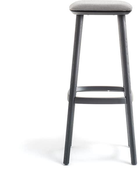 driepoot stoel hout babila a houten kruk gestoffeerd fsc with houten kruk