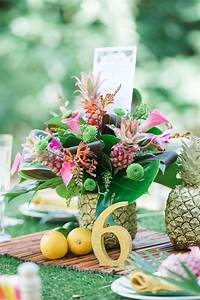 Deco Table Tropical : 1000 ideas about pineapple centerpiece on pinterest centerpieces honeymoon shower and luau ~ Teatrodelosmanantiales.com Idées de Décoration