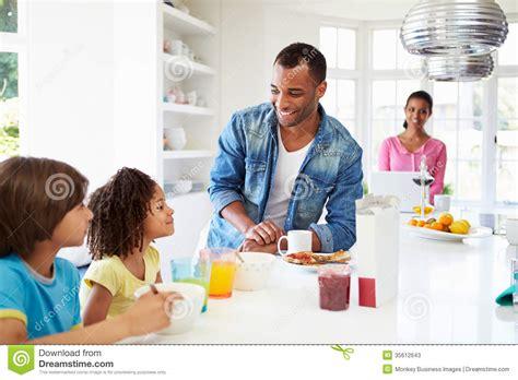 famille cuisine famille prenant le petit déjeuner dans la cuisine ensemble