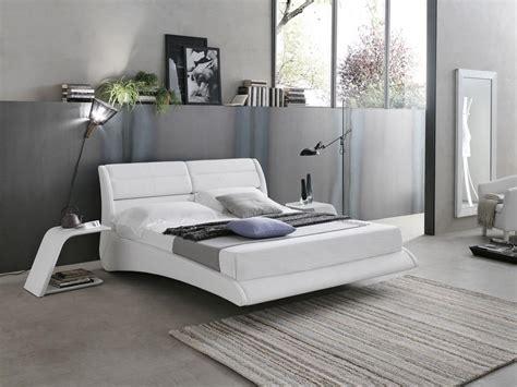 Scopri il nostro outlet di prezzi letti moderni in promozione. Letto matrimoniale con cuscini reclinabili | IDFdesign