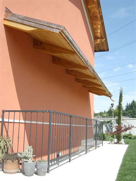 tettoia a sbalzo in legno pensilina copriscala in legno lamellare mensole a sbalzo