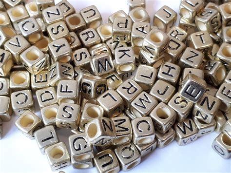 Letterkraal, Kunststof, Goud Met Zwarte Letters. 200 Stuks