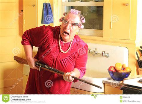 cuisine de mamie mamie craintive avec le fusil images libres de droits