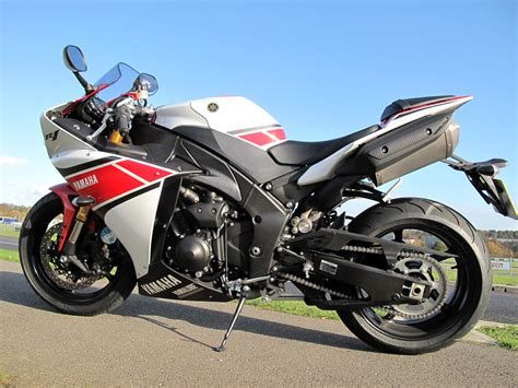 Review Yamaha R1 by Uk Ride 2012 Yamaha Yzf R1 Review Visordown