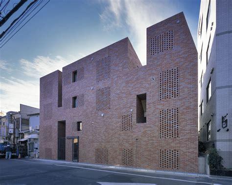 Baunetzwoche 531 Holz Im Loop by Wohn Und Gesch 228 Ftshaus In Tokio Balkonschlucht In