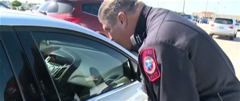 police in texas locking car doors leaving break in notes for holiday shoppers bestride