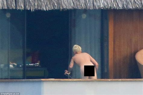 foto de Justin Bieber goes full frontal naked as he enjoys a