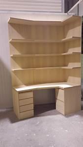 libreria ad angolo in legno con cassettiere mobili