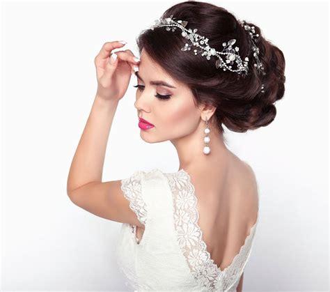 Top 8 svatebni ucesy pro kudrnate vlasy ucesy 2019. ♥ Ozdoby do vlasů, aneb co nesmí chybět ve vlasech každé ...